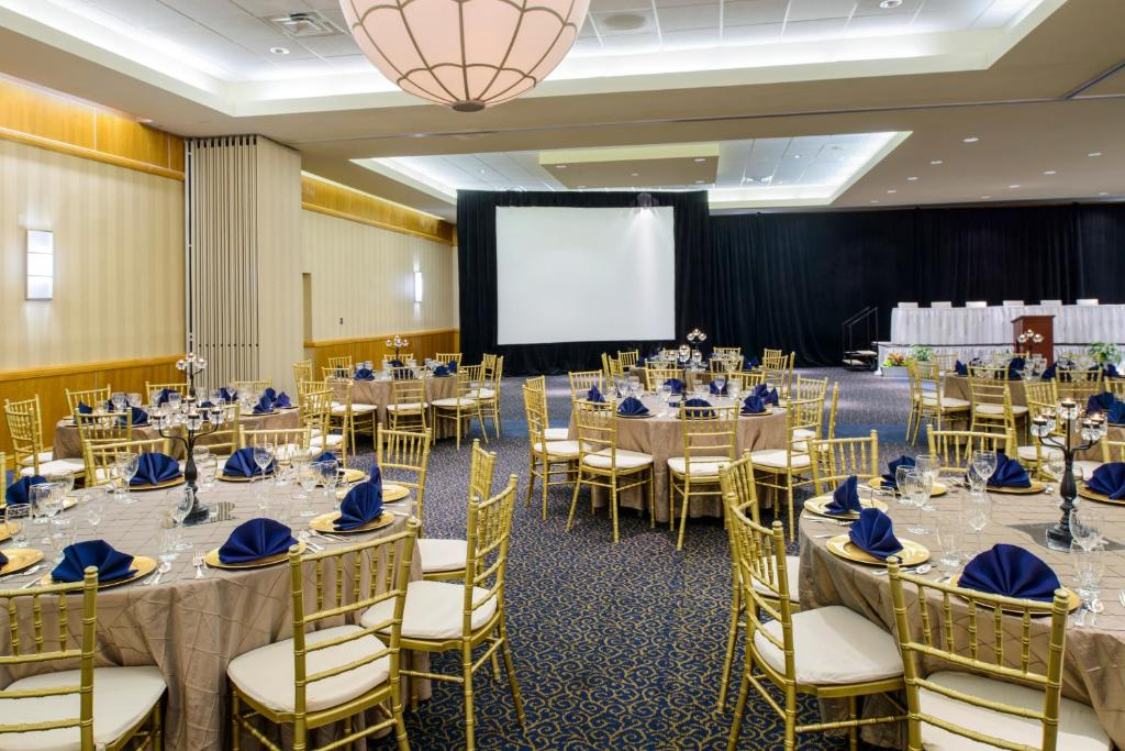 Book Now Metro Points Hotel Washington North (New Carrollton, United States). Rooms Available for all budgets. Located just off Interstate 95 this hotel is 1.6 km from the New Carrolton Metro Station. Facilities include free WiFi free breakfast and an on-site restaurant. Six Flags Amer