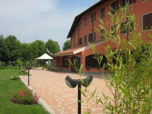 Book Now Hotel Erbaluce (Vallo, Italy). Rooms Available for all budgets. Hotel Erbaluce has been completely refurbished and offers modern rooms and a quiet setting surrounded by greenery. It is in the town of Caluso famous for its Erbaluce certifie
