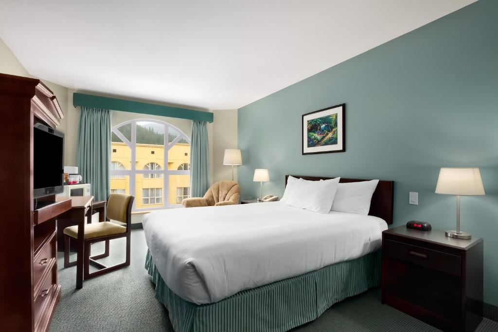 Book Now Harrison Lake Hotel (Harrison Hot Springs, Canada). Rooms Available for all budgets. Situated between mountains and Harrison Lake Hotel offers guests free passes to the public hot springs pool across the street. Harrison Beach is just a short walk away.Each ro