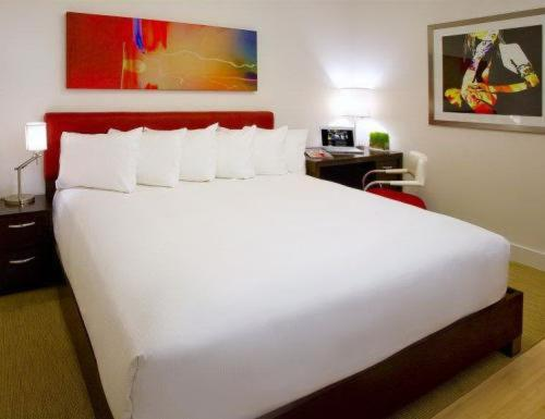 Book Now The Mave Hotel (New York City, United States). Rooms Available for all budgets. Stylish rooms and a cool location are a couple of the reasons why our guests dig The Mave Hotel an urban chic boutique in the Flatiron District. The Mave Hotel features 91 roo