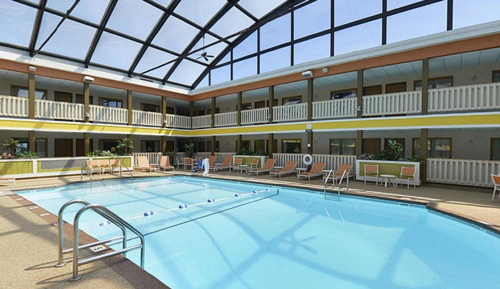 Book Now Best Western Plus Dubuque Hotel And Conference Center (Dubuque, United States). Rooms Available for all budgets. Free Wi-Fi an on-site restaurant an indoor pool and in-room microwaves and mini-fridges make the pet-friendly Best Western Plus Dubuque Hotel & Conference Center one of the re
