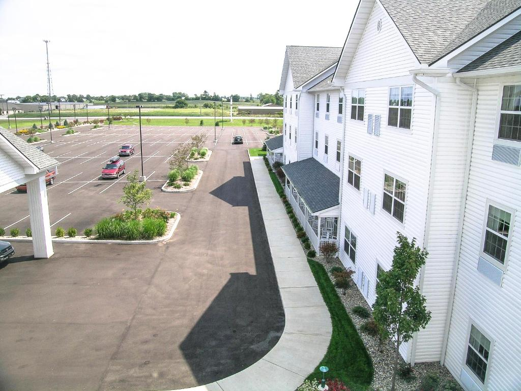 Book Now Blue Gate Garden Inn (Shipshewana, United States). Rooms Available for all budgets. The non-smoking Blue Gate Garden Inn offers our guests country charm and family fun plus free breakfast. All 154 rooms at this low-rise property feature TVs with premium cable