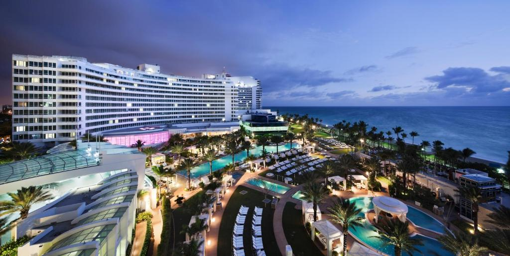 Book Now Fontainebleau Resort Miami Beach (Miami Beach, United States). Rooms Available for all budgets. Rising 1000 feet above the ocean on Miami Beach the non-smoking Fontainebleau Resort Miami Beach charms our guests with its classic style and well-equipped rooms. Considered t