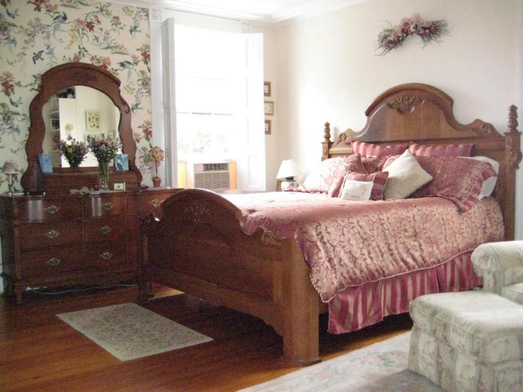 Book Now Historic Hill Inn (Newport, United States). Rooms Available for all budgets. This Newport Rhode Island bed and Breakfast is 5 minutes walk from Newport Harbor and offers free Wi-Fi and a continental breakfast. Trinity Church is just 3 minutes walk away
