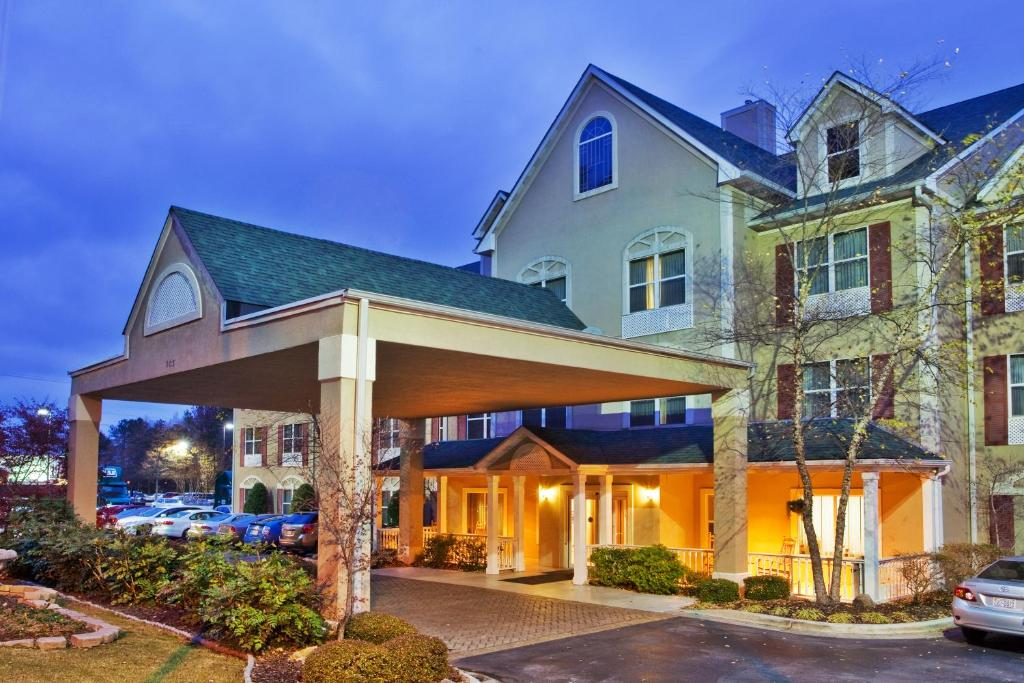 Book Now Country Inn And Suites Dalton (Dalton, United States). Rooms Available for all budgets. Free breakfast free internet and an indoor pool are among the amenities that make Country Inn & Suites Dalton a comfortable place to stay in northwest Georgia. All 69 rooms in