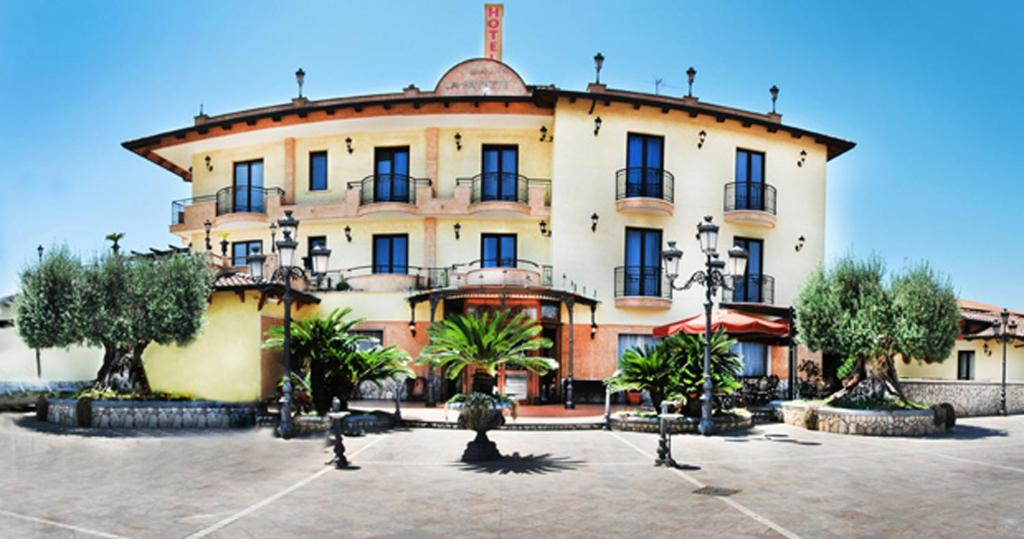 Book Now Hotel La Fayette (Varcaturo, Italy). Rooms Available for all budgets. Hotel La Fayette is a new stylish hotel located North of Naples with great access to the Variante Domitiana state road.All rooms are well furnished and decorated and feature h