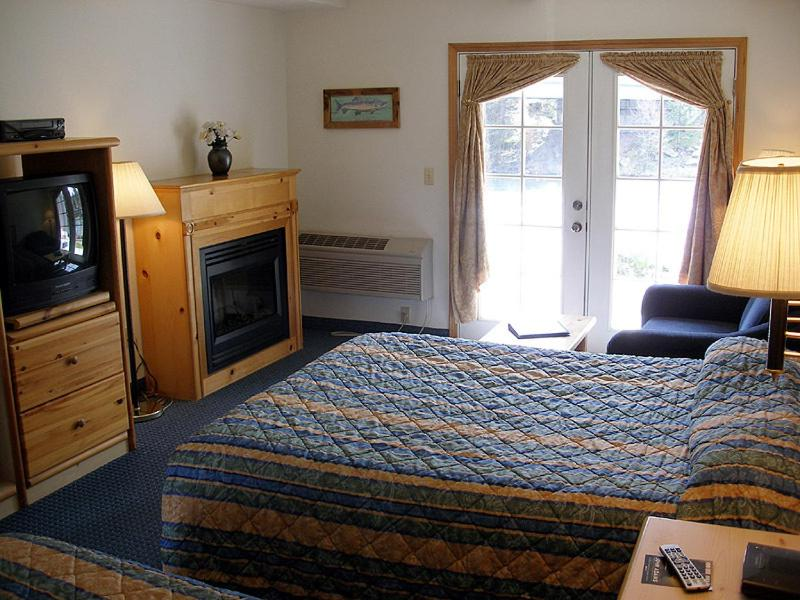 Book Now Edgewater Inn Shady Cove (Shady Cove, United States). Rooms Available for all budgets. Watch the Rogue River roll past catch the big one from the fishing deck or soak up the sun in the seasonal outdoor pool at the Edgewater Inn Shady Cove. Guests find Wi-Fi acce