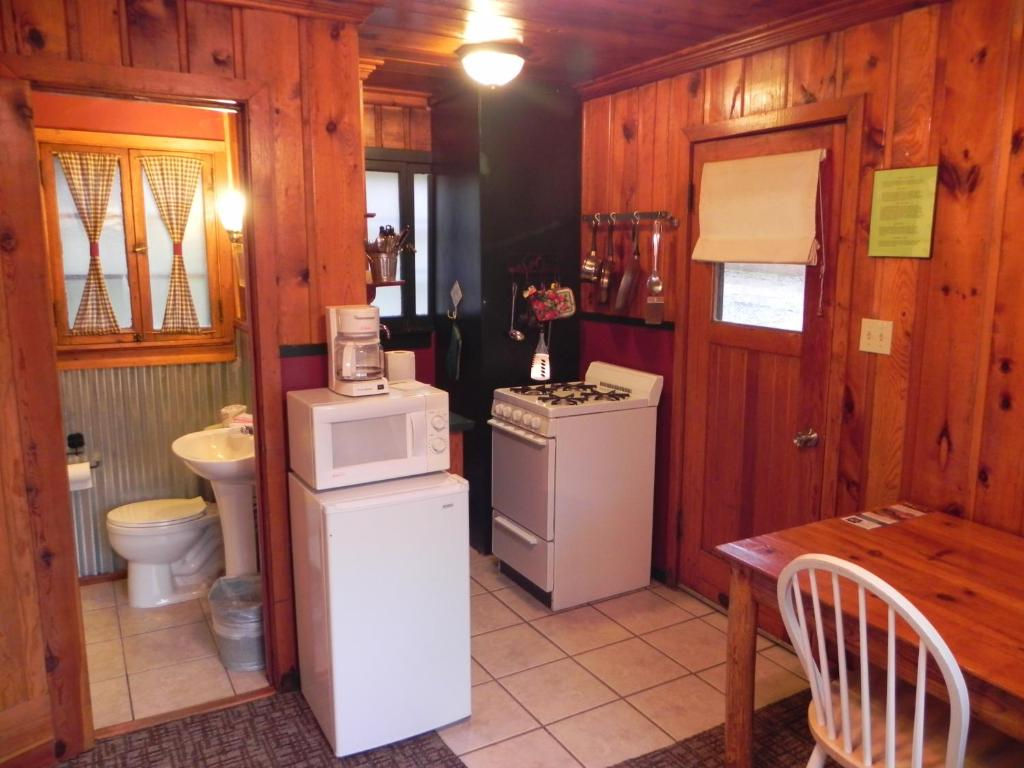 Book Now Apache Village Cabins (Ruidoso, United States). Rooms Available for all budgets. Situated 10 minutes' walk from Ruidoso New Mexico city centre off Highway 48 these Southwest-styled cabins feature polished knotty pine interiors and include a cable TV a micr