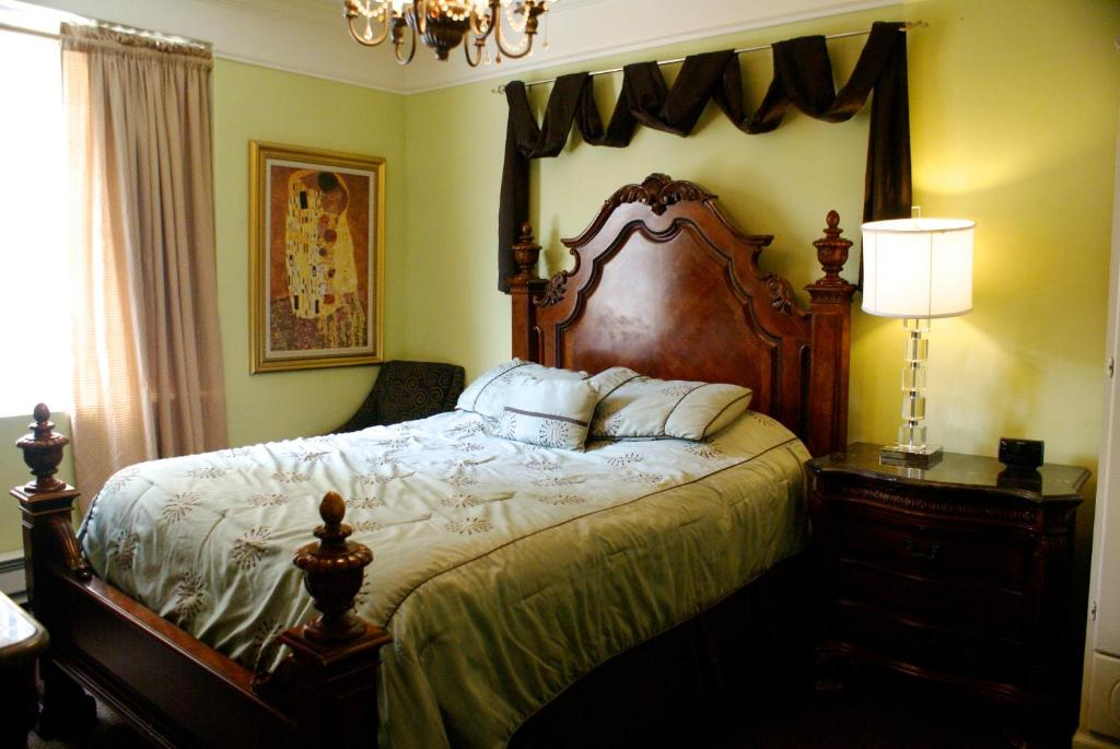 Book Now Fitzgerald Hotel Union Square (San Francisco, United States). Rooms Available for all budgets. Located in the heart of San Francisco's Theatre District just 5 minutes' walk from fashionable Union Square this charming historic boutique hotel elegantly combines old-world