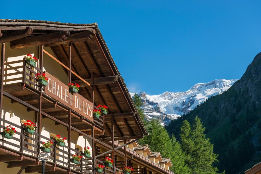 Book Now Chalet du Lys (Gressoney la Trinite, Italy). Rooms Available for all budgets. Chalet du Lys is 2 km from Gressoney La Trinité and just 150 metres from the Saint Anna cable-car at the bottom of Monte Rosa. It offers free Wi-Fi and a spa.The Chalet i
