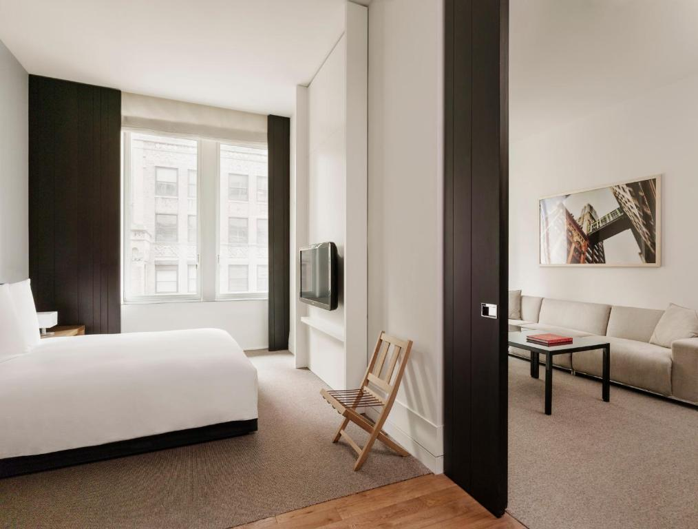 Book Now Andaz 5th Avenue - A Concept By Hyatt (New York City, United States). Rooms Available for all budgets. With sleek architecture modern sculpture and up-to-the-minute amenities Andaz 5th Avenue - A Concept By Hyatt has the feel of an art museum. The hotel in a building that dates