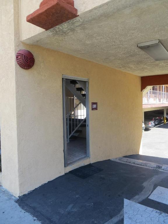 Book Now Deluxe Inn Hawthorne/ LAX (Hawthorne, United States). Rooms Available for all budgets. Located 6 miles from Los Angeles International Airport this Hawthorne California hotel features rooms with free WiFi. Disneyland Resort is 30 miles away.Each air-conditioned r