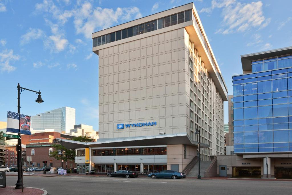Book Now Wyndham Boston Beacon Hill (Boston, United States). Rooms Available for all budgets. With an on-site restaurant and bar plus a perch three miles from Logan Airport the non-smoking Wyndham Boston Beacon Hill makes our guests' stays memorable. The 14-story Wyndh