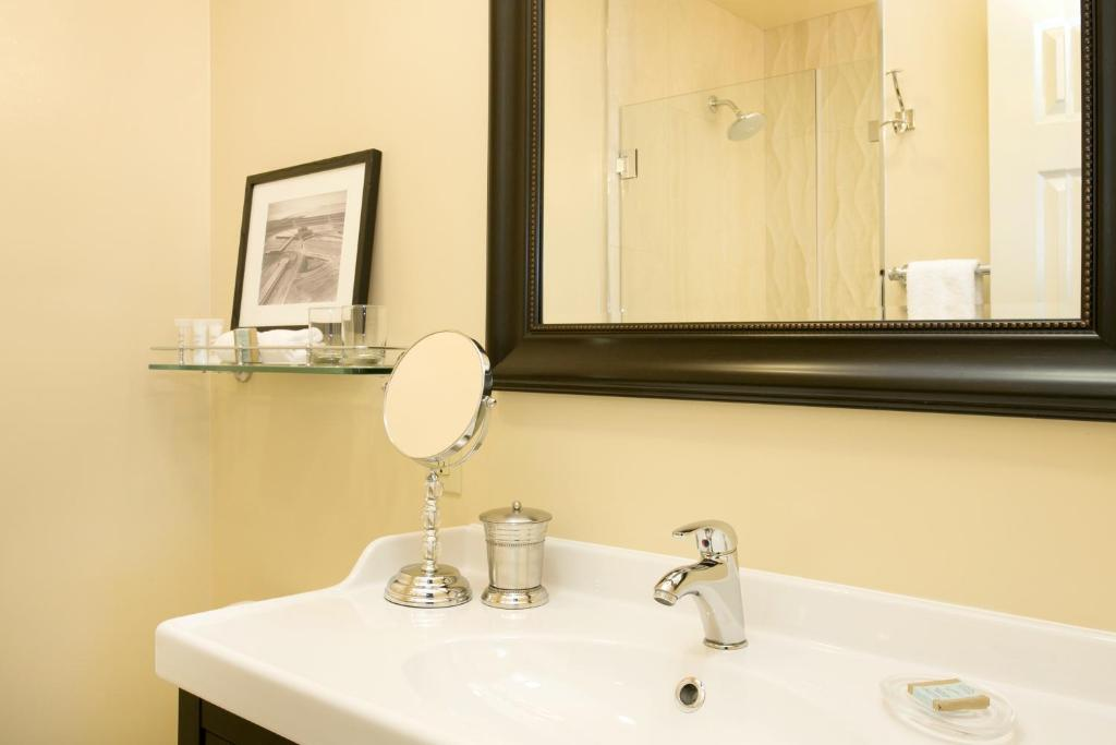 Book Now The Dylan At Sfo (Millbrae, United States). Rooms Available for all budgets. Offering a free airport transfer service to San Francisco International Airport just 1 mile away this boutique hotel is 2 minutes' walk to the Millbrae BART/CalTrain station w