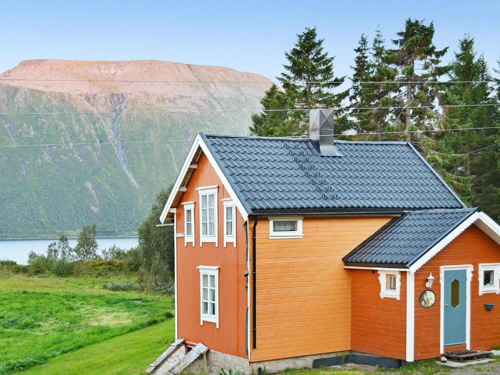 Three-Bedroom Holiday home in Gullesfjord