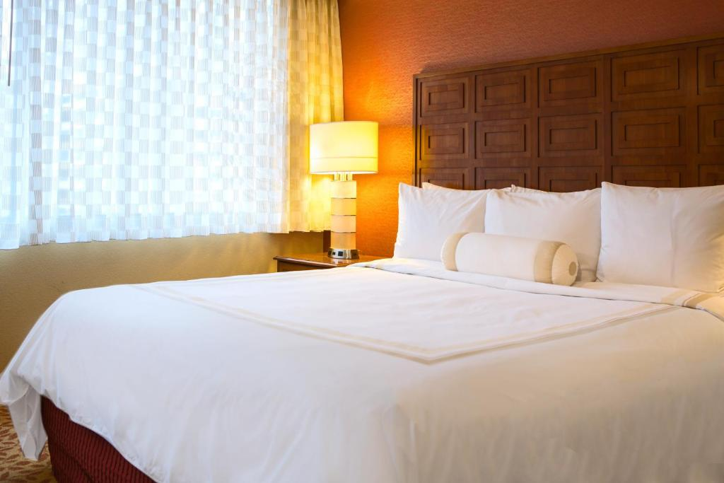 Book Now Baltimore Marriott Inner Harbor At Camden Yards (Baltimore, United States). Rooms Available for all budgets. With two stadiums within a few blocks the Baltimore Marriott Inner Harbor at Camden Yards is ideal for sports fans and the luxurious rooms give our guests a lot to cheer about