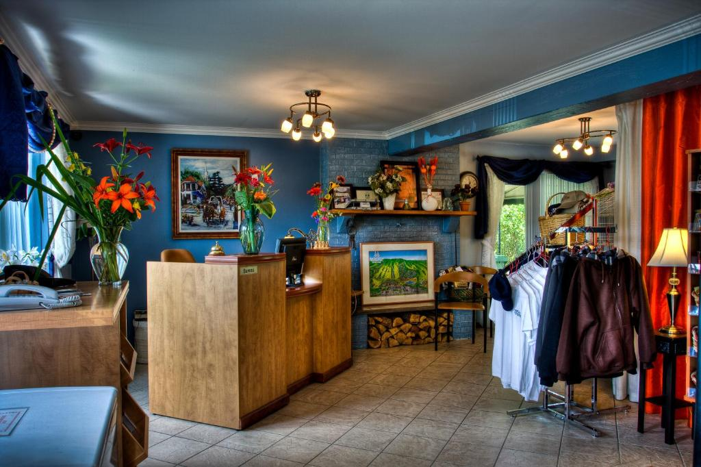 Book Now Motel Le JoliBourg (Saint Sauveur des Monts, Canada). Rooms Available for all budgets. Located in St-Sauveur city centre this motel is on the town's main street just off Highway 15. All guest rooms feature a view of the St-Sauveur Valley.A private balcony or a p