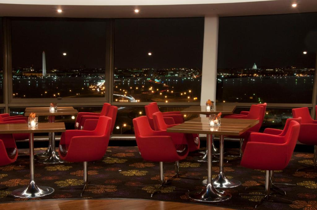 Book Now Doubletree Hotel Washington DC - Crystal City (Arlington, United States). Rooms Available for all budgets. Guests can expect stunning views from the revolving rooftop restaurant indoor pool and fitness room at the DoubleTree Hotel Washington DC - Crystal City where shuttle service