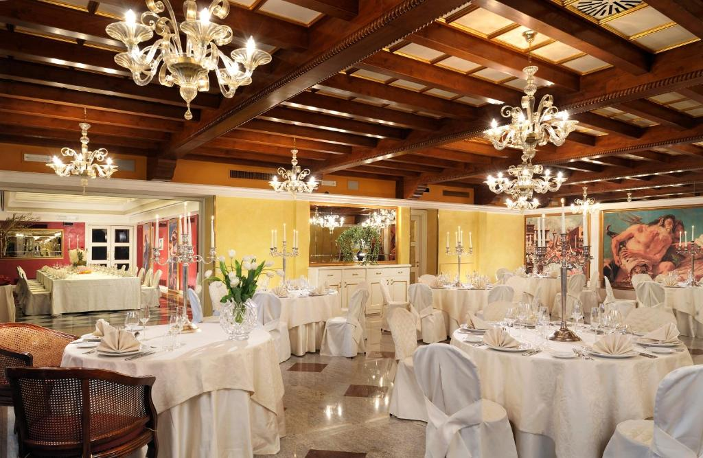Book Now Park Hotel Villa Fiorita (Fornaci, Italy). Rooms Available for all budgets. Park Hotel Villa Fiorita consists of a 19th-century villa and a modern building connected by a covered transparent passageway. The property is 10 km from Treviso and surrounde