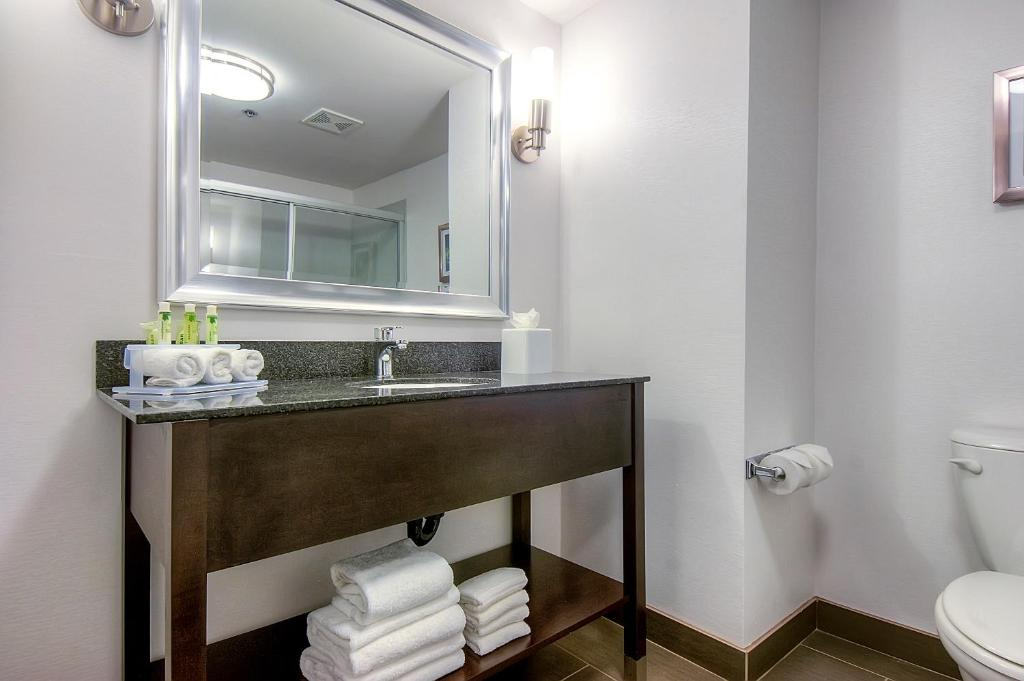 Book Now Holiday Inn Express And Suites Carlsbad Beach (Carlsbad, United States). Rooms Available for all budgets. Ocean views an outdoor pool and free Wi-Fi and breakfast are highlights of the non-smoking Holiday Inn Express and Suites Carlsbad Beach. The three-story Holiday Inn features