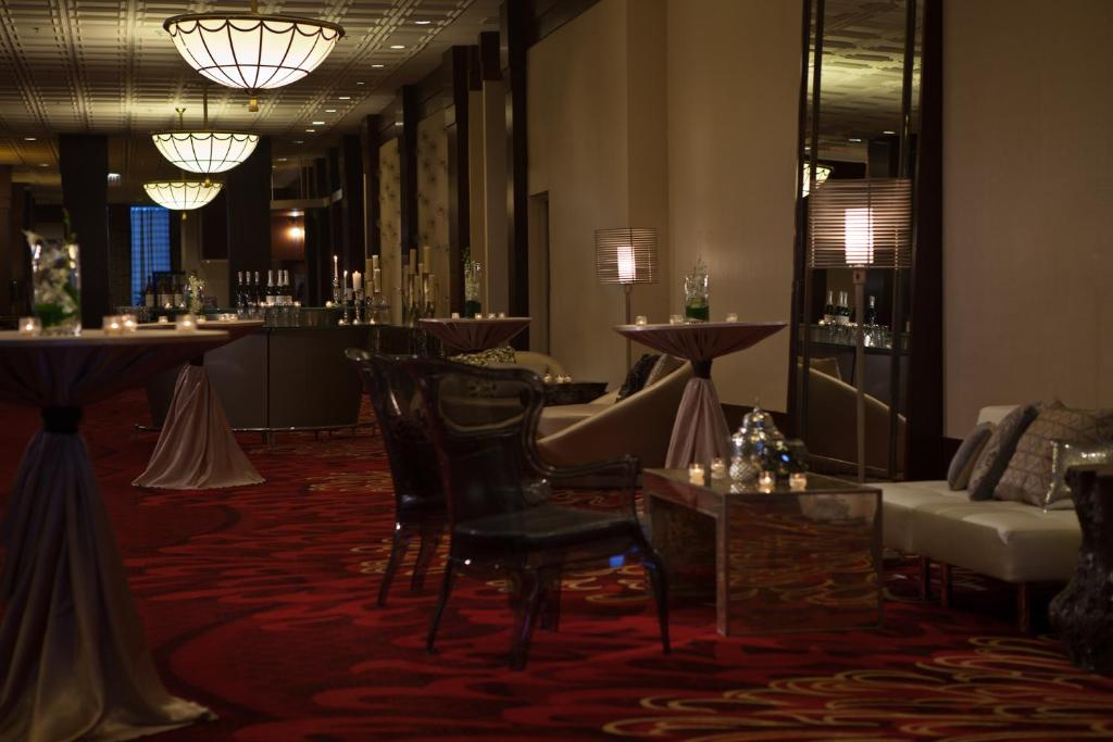 Book Now Renaissance Chicago North Shore Hotel (Northbrook, United States). Rooms Available for all budgets. The non-smoking Renaissance Chicago North Shore A Marriott Lifestyle Hotel just outside Chicago offers our guests two on-site restaurants an indoor pool and all the modern ame
