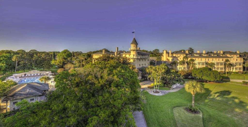 Book Now Jekyll Island Club Hotel (Jekyll Island, United States). Rooms Available for all budgets. Located on Jekyll Island this historical 19th century resort features an outdoor pool with a bar and grill. The property is 3 minutes' drive from 14.4 km of white-sand beaches