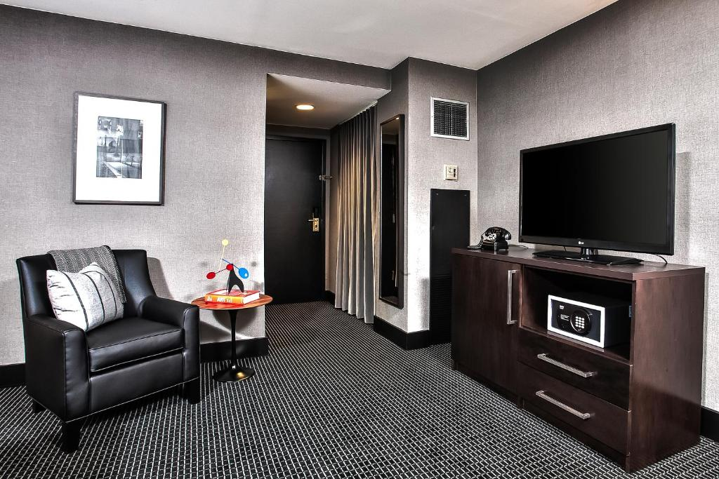 Book Now Lord Baltimore Hotel (Baltimore, United States). Rooms Available for all budgets. Built during the Roaring '20s the stately and non-smoking Lord Baltimore Hotel is a longtime landmark in the heart of downtown. The 23-floor hotel listed on the National Regis