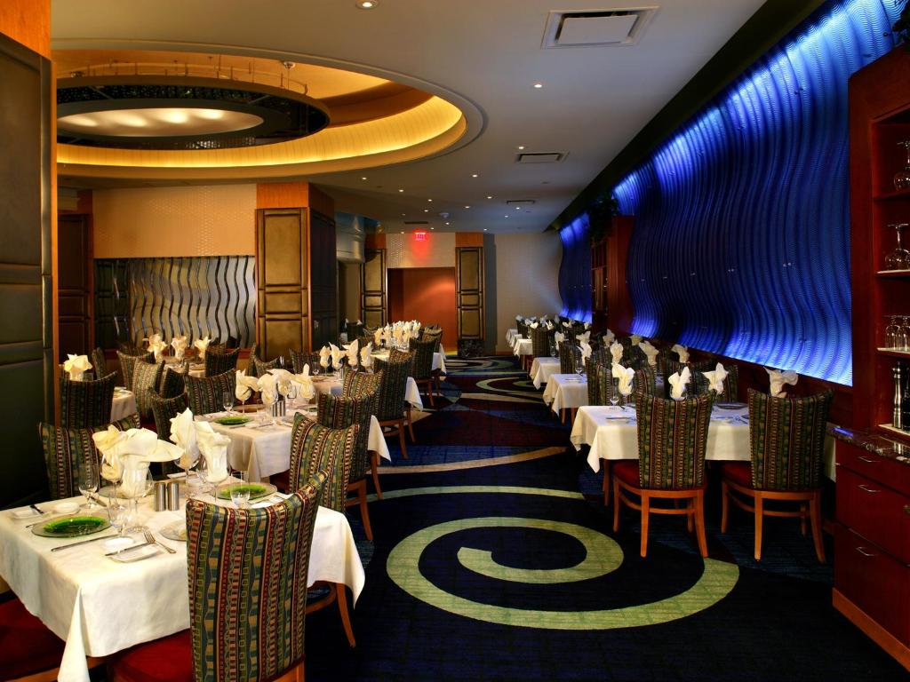 Book Now Seneca Niagara Resort & Casino (Niagara Falls, United States). Rooms Available for all budgets. This New York hotel is less than 1 mile from Niagara Falls and boasts an on-site casino spa and various dining options. Shopping and dining in central Niagara Falls NY is 2 mi
