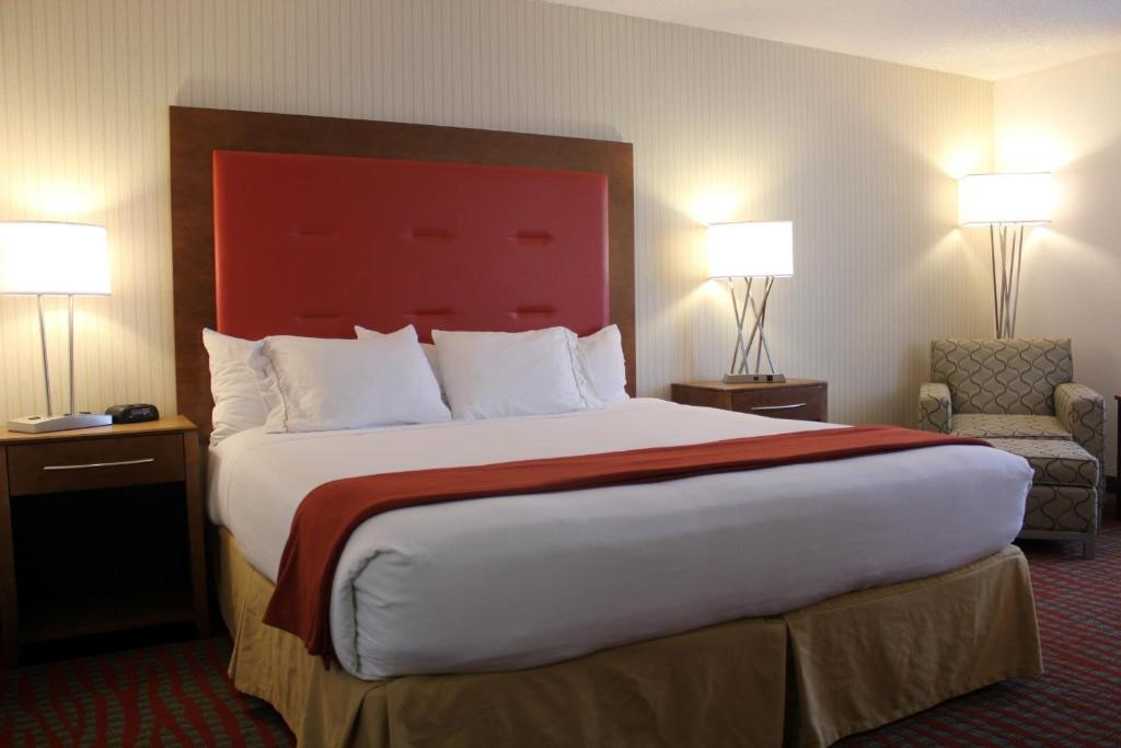 Book Now Holiday Inn Express Milford (Milford, United States). Rooms Available for all budgets. Updated non-smoking and economical Holiday Inn Express Milford has all the ingredients of a pleasing stay for our guests. This 117-room hotel on four floors offers free Wi-Fi