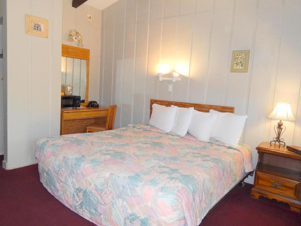 King Room - Non-Smoking - Guestroom Valley Inn - Pine Mountain