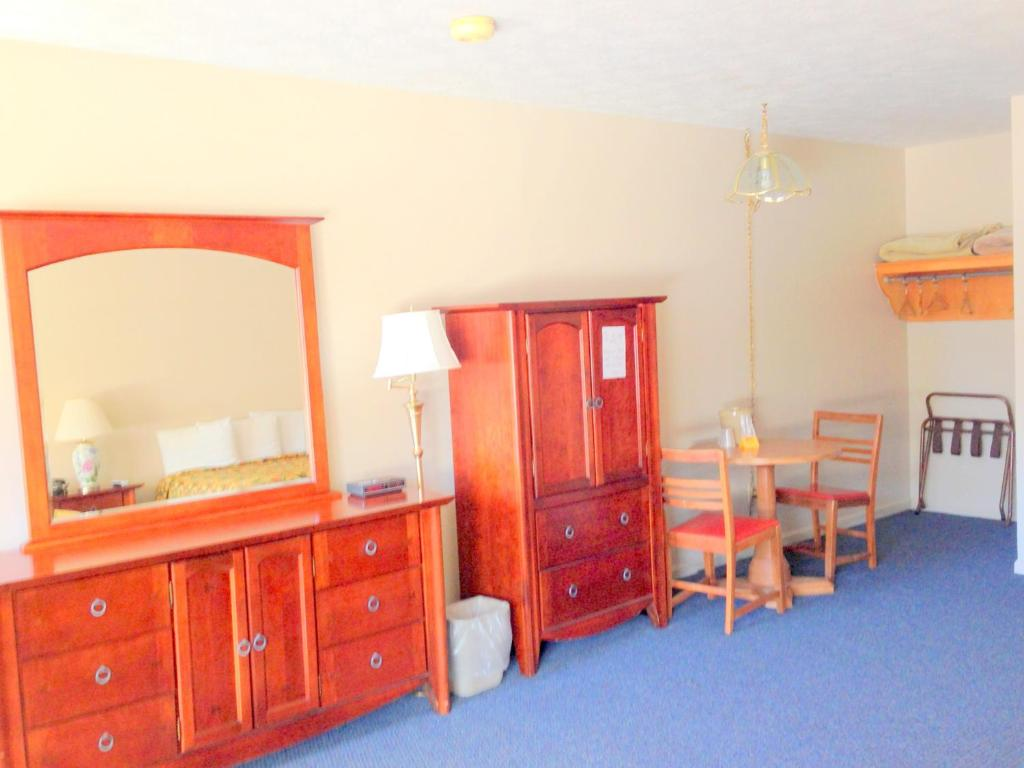 Queen Room with Two Queen Beds - Non-Smoking - Guestroom