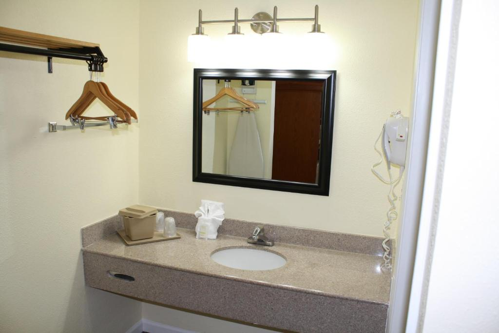 Book Now Fairway Inn Florida City Homestead Everglades (Florida City, United States). Rooms Available for all budgets. Offering an outdoor pool with waterfall this Florida City motel is 6 minutes' walk from Florida Keys Factory Shops. Guests can enjoy a daily continental breakfast complimentar