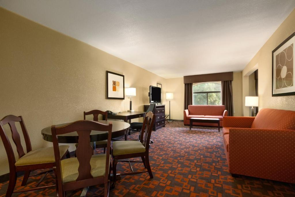 Book Now Country Inn & Suites By Carlson Wolfchase-Memphis TN (Cordova, United States). Rooms Available for all budgets. With easy access to I-40 and free internet the non-smoking Country Inn & Suites By Carlson Wolfchase-Memphis TN is a convenient choice for our guests. All 100 rooms at the thr