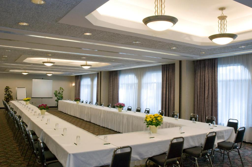 Book Now Cartier Place Suite Hotel (Ottawa, Canada). Rooms Available for all budgets. An on-site restaurant and bar are featured at this Ottawa Ontario hotel. A kitchenette is offered in all suites. Free Wi-Fi is included. Parliament Hill is 1km away.A flat