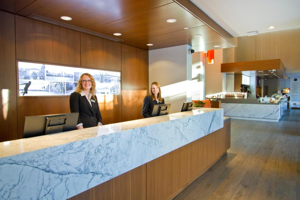 Book Now Blue Horizon Hotel (Vancouver, Canada). Rooms Available for all budgets. Featuring an indoor pool and sauna this contemporary Vancouver hotel is situated directly on Robson Street near shopping and restaurants. Corner guest rooms include a full bal
