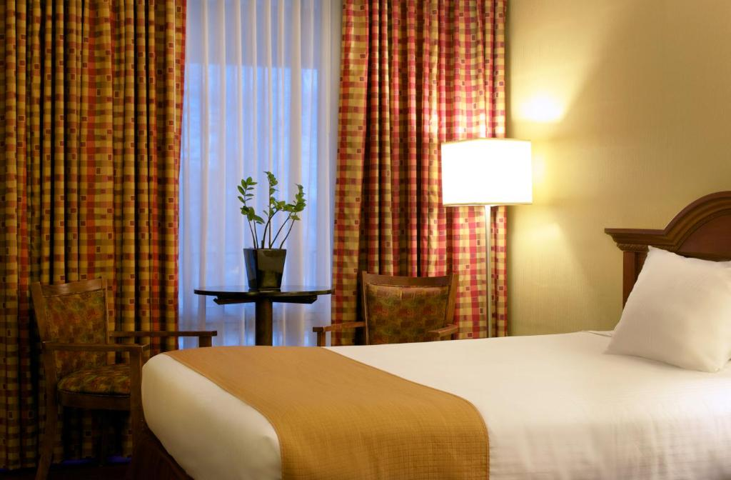 Book Now West Gate Inn Nyack (Nyack, United States). Rooms Available for all budgets. Located directly off Interstate 28 this hotel in Nyack New York features an on-site restaurant and bar and serves a complimentary full hot breakfast. Sleepy Hollow is 11.7 km