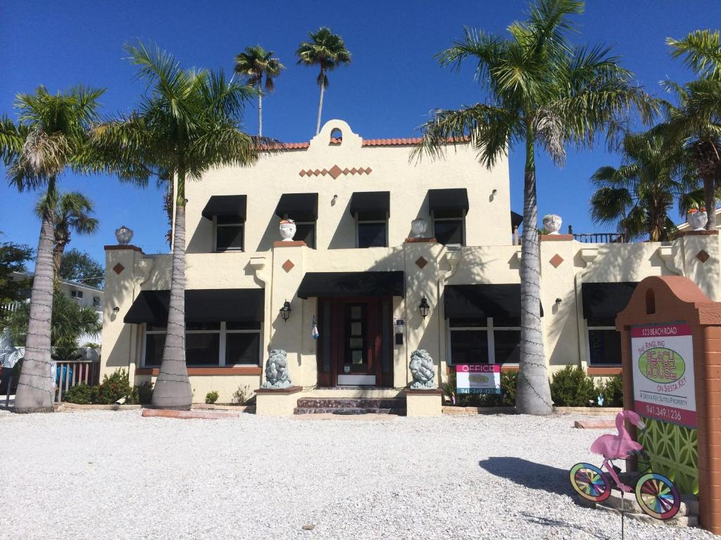 Book Now The Ringling Beach House (Sarasota, United States). Rooms Available for all budgets. Located opposite Siesta Key Beach these Florida apartments offer guests a fully-equipped kitchen and 2 outdoor community pools. Shops and restaurants are 8 minutes' walk away