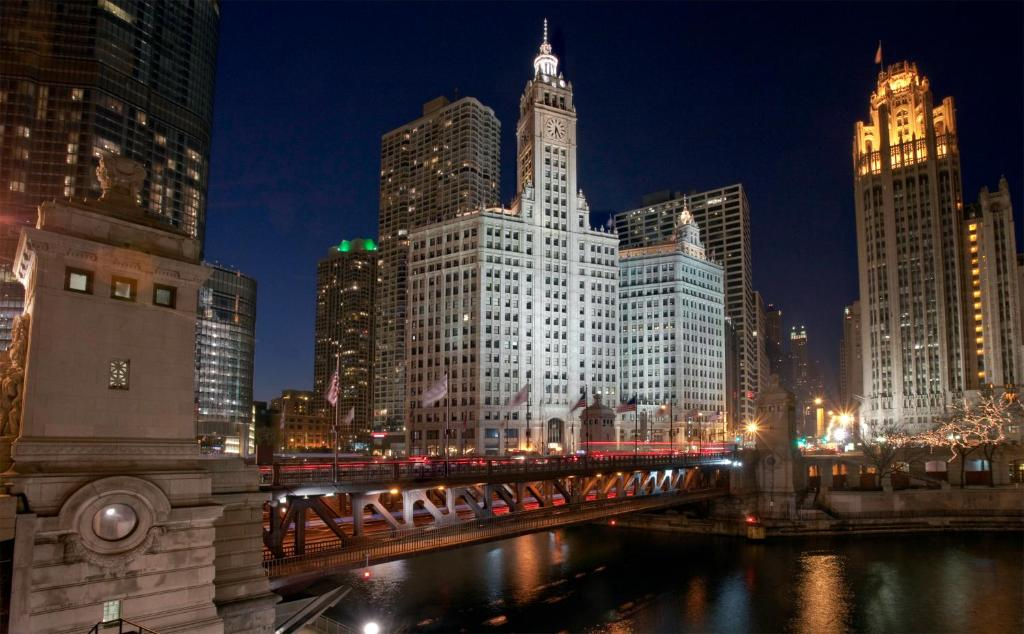 Book Now Kinzie Hotel (Chicago, United States). Rooms Available for all budgets. In-room massages and an on-site lounge are highlights at the non-smoking Kinzie Hotel. Awash in soothing hues all 215 rooms at the non-smoking six-story Kinzie Hotel havedesks