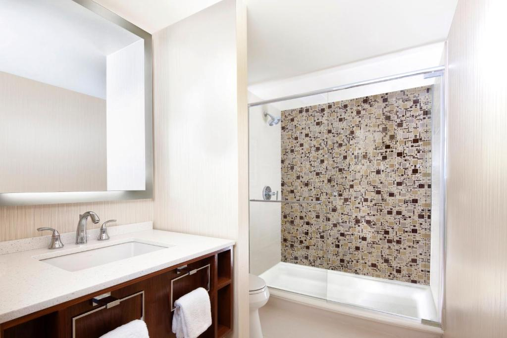 Book Now Sheraton Grand Chicago (Chicago, United States). Rooms Available for all budgets. Our guests love the convenient downtown location lake views and indoor pool at the Sheraton Grand Chicago. The Sheraton's 1209 rooms are set in a 34-story building with views
