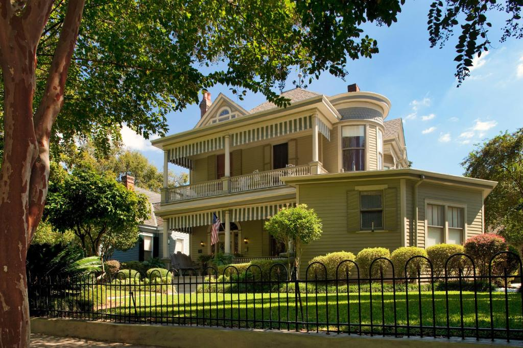 Book Now Devereaux Shields House (Natchez, United States). Rooms Available for all budgets. Located in the heart of historic Natchez city centre this 19th century Mississippi bed and breakfast boasts a full Southern hot breakfast and 24-hour coffee sofa and tea servi