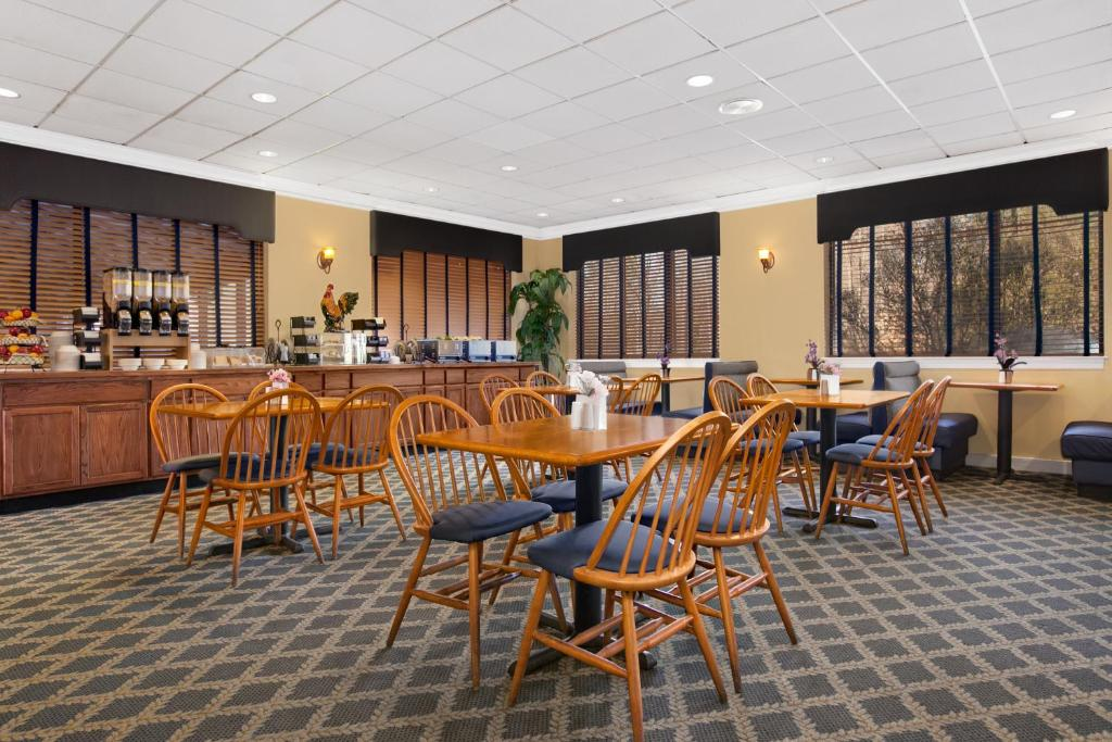 Book Now Wyndham Garden Williamsburg Busch Gardens Area (Williamsburg, United States). Rooms Available for all budgets. With Water Country USA just across the street plus a poolside patio and bar Wyndham Garden Williamsburg Busch Gardens Area provides a comfortable stay and a convenient locatio