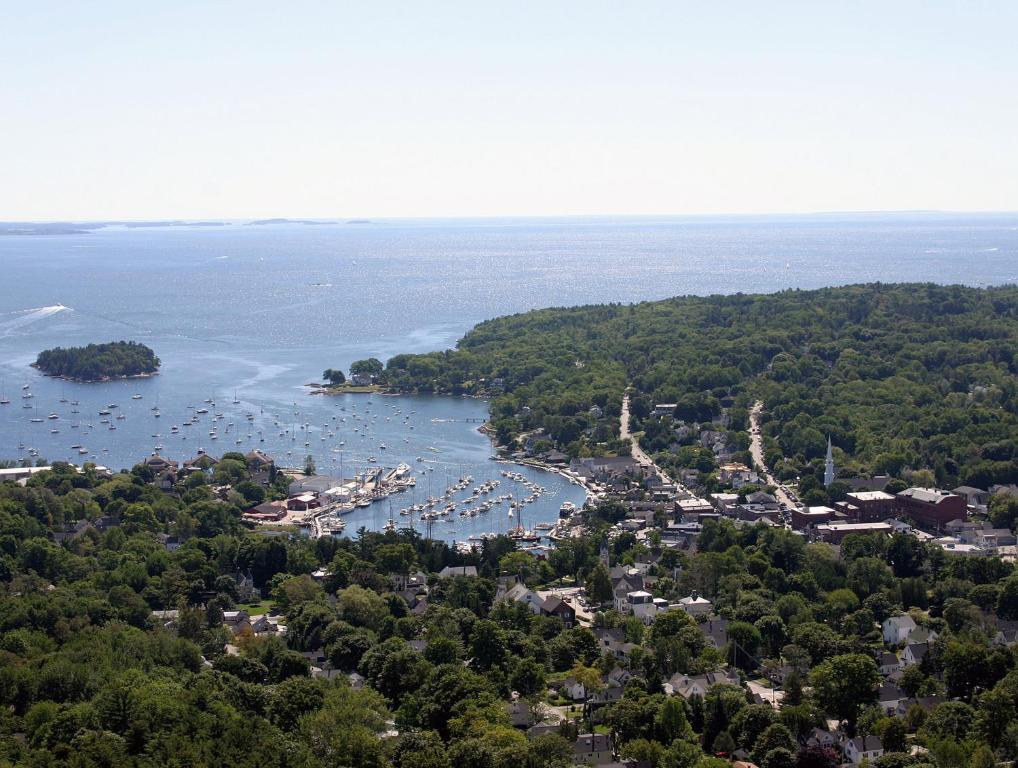 Book Now Lord Camden Inn (Camden, United States). Rooms Available for all budgets. Featuring an on-site fitness centre and a free daily breakfast this Camden Maine hotel offers free Wi-Fi and rooms with a flat-screen TV. Camden Harbor is adjacent to the prop