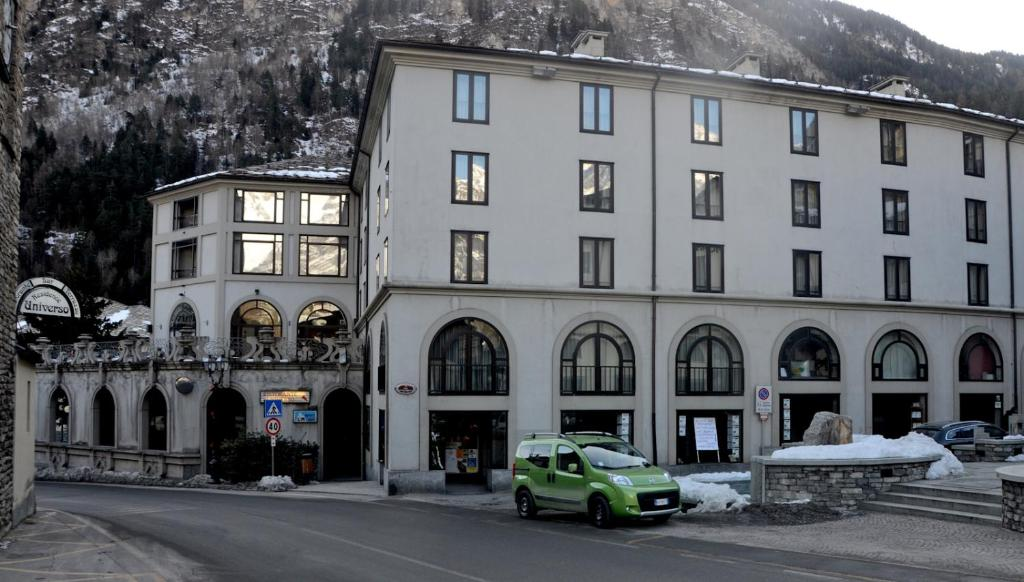 Book Now Hotel Residence Universo (Pre Saint Didier, Italy). Rooms Available for all budgets. Hotel Residence Universo is in Prè Saint Didier centre 4 km from the Courmayeur ski slopes. The rooms are spacious and each has a sofa and TV.Rooms all come with a fridge