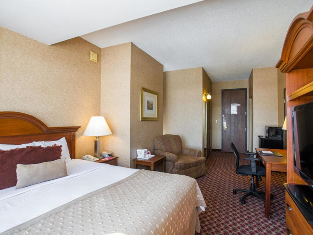 Book Now Ramada Convention Center Downtown Topeka (Topeka, United States). Rooms Available for all budgets. Two pools free Wi-Fi and breakfast and a convenient downtown location make the Ramada Convention Center Downtown Topeka a great choice for families or business travelers. The