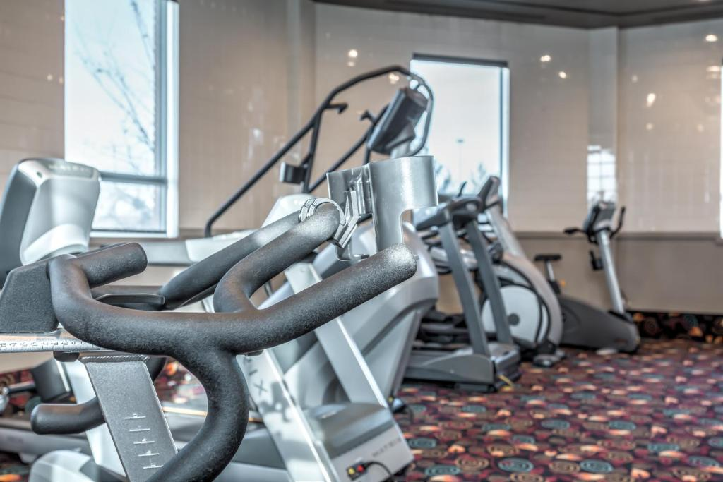 Book Now Executive Royal Hotel Calgary (Calgary, Canada). Rooms Available for all budgets. Offering a restaurant and a fitness centre this Calgary hotel provides free Wi-Fi. A refrigerator is included in each guest room. Calgary city centre is just 11 minutes' drive