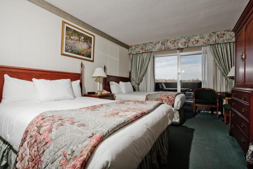 Book Now Travelodge Hotel Niagara Falls Fallsview (Niagara Falls, Canada). Rooms Available for all budgets. Overlooking the Niagara River the Travelodge Hotel Niagara Falls Fallsview features an indoor pool free Wi-Fi and a fitness center. A coffeemaker cable TV desk and free Wi-Fi