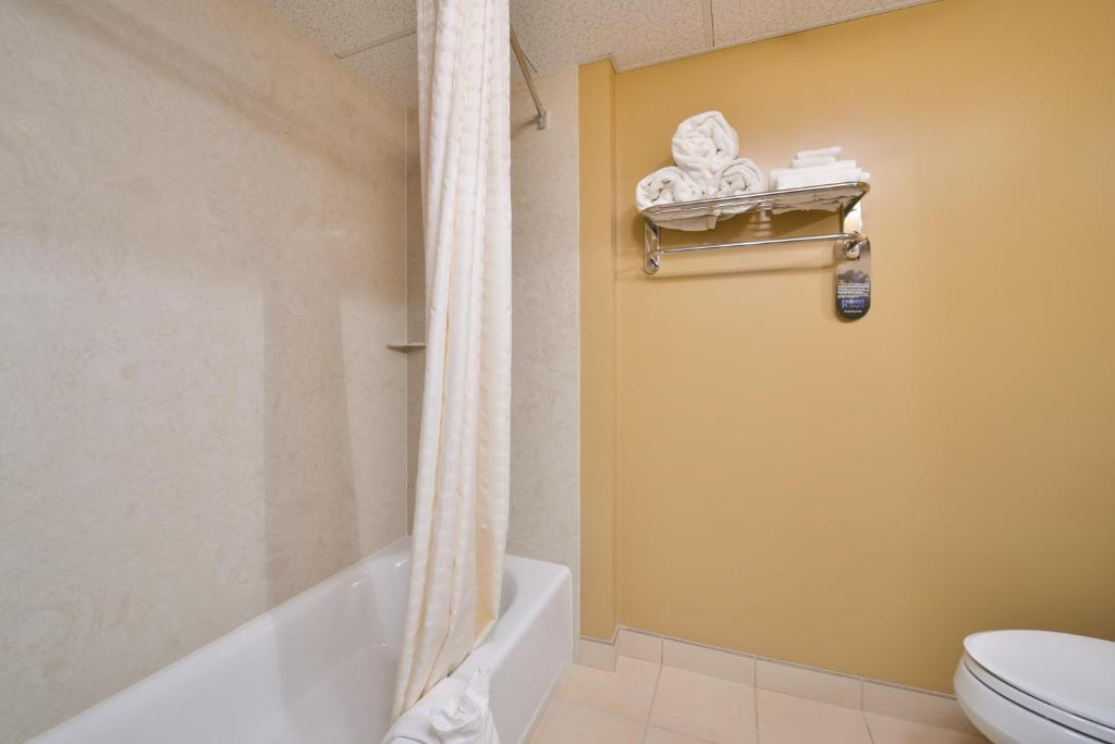 Book Now Best Western West Deptford Inn (Paulsboro, United States). Rooms Available for all budgets. A complimentary breakfast buffet starts the day for our guests at the Best Western West Deptford Inn which also offers a seasonal outdoor pool and free internet access. At the
