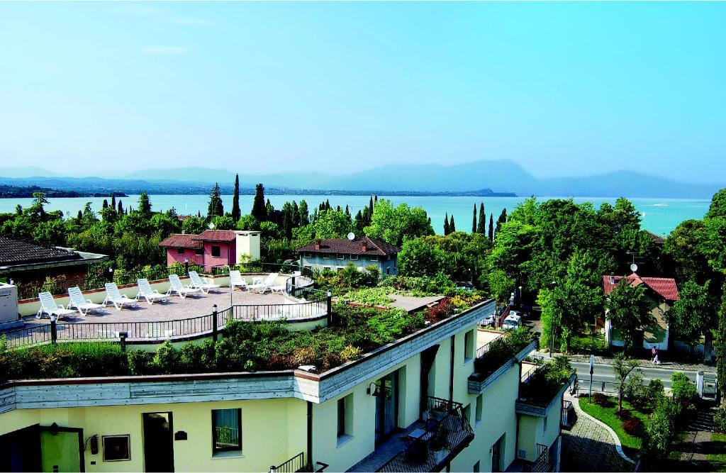 Book Now Admiral Hotel Villa Erme (Desenzano del Garda, Italy). Rooms Available for all budgets. Overlooking Lake Garda and a few steps from its shores the Admiral Hotel features a panoramic rooftop terrace with hot tub. Set 2 km from central Desenzano del Garda it offers