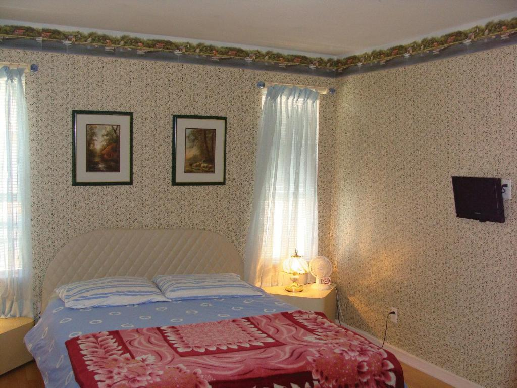 Book Now Vancouver Airport Guesthouse (Richmond, Canada). Rooms Available for all budgets. This bed and breakfast is located in Richmond and is a 5-minute drive to the RAV skytrain. The inn offers free WiFi and a continental breakfast.Each guest room at Vancouver Se