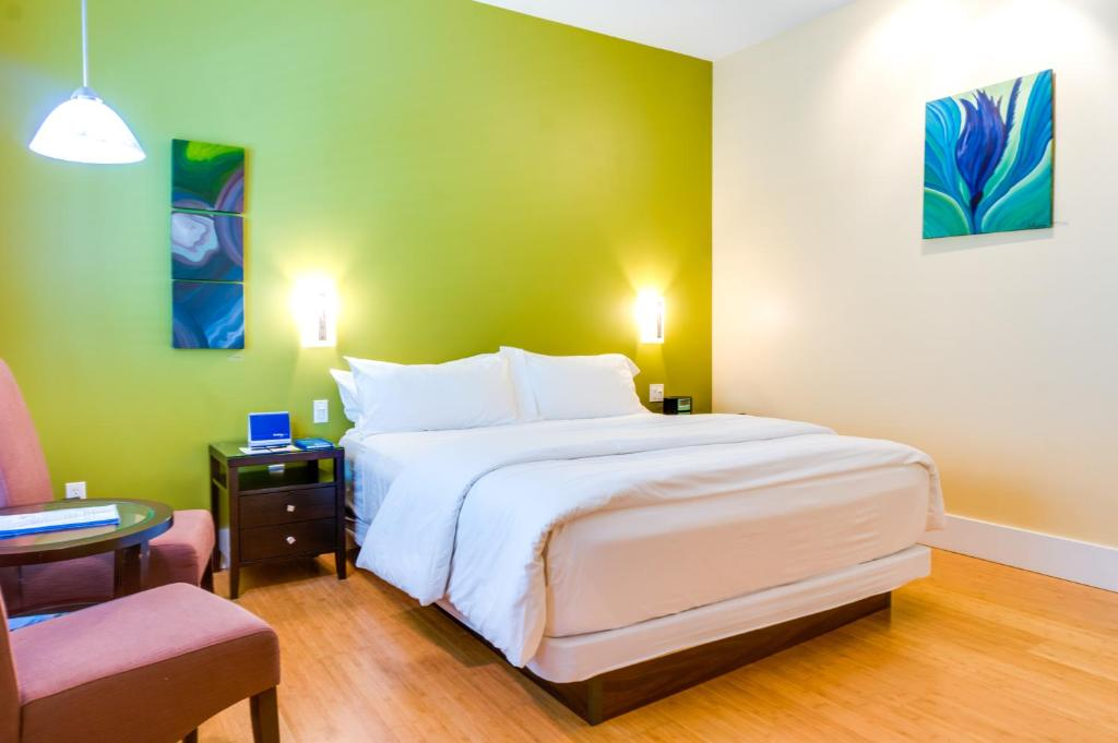 Book Now Pacific Blue Inn (Santa Cruz, United States). Rooms Available for all budgets. Just 10 minutes' walk from the Santa Cruz Beach Boardwalk this eco-friendly hotel offers en suite rooms with flat-screen cable TVs and iPod docking stations. Free guest parkin
